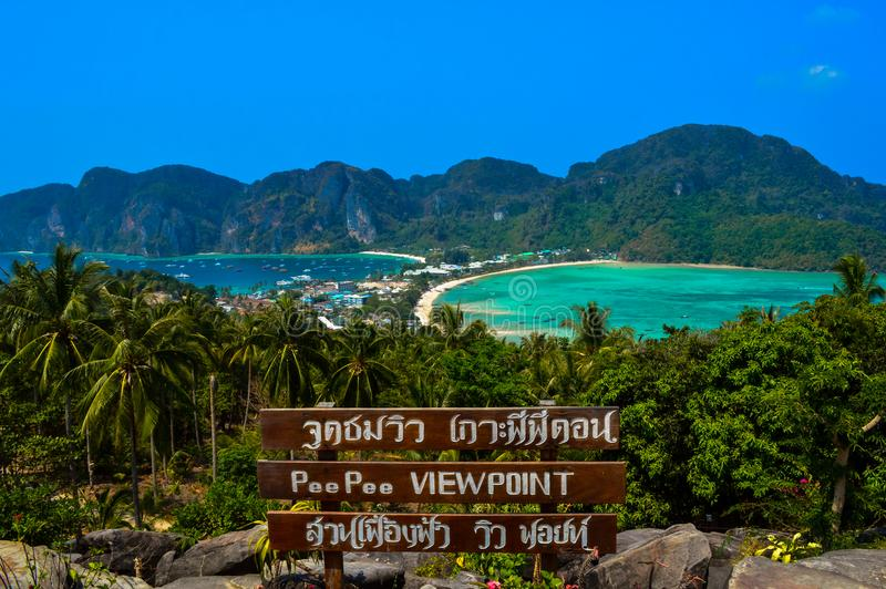 Una vista panoramica dal punto di vista di Koh Phi Phi, Phuket, Tailandia fotografia stock libera da diritti