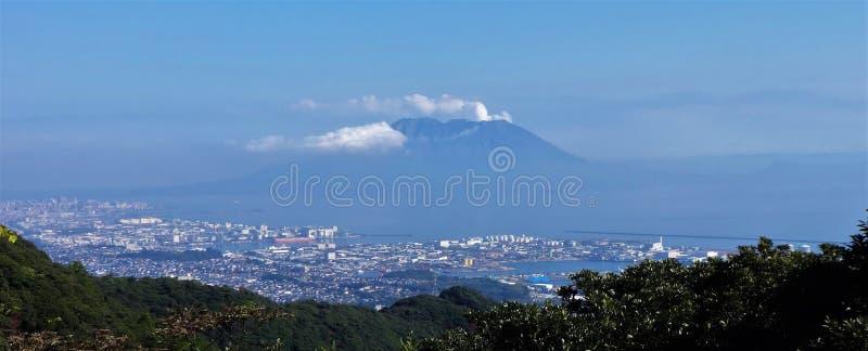 Una vista panoramica del Mt Sakurajima e città di Kagoshima fotografia stock