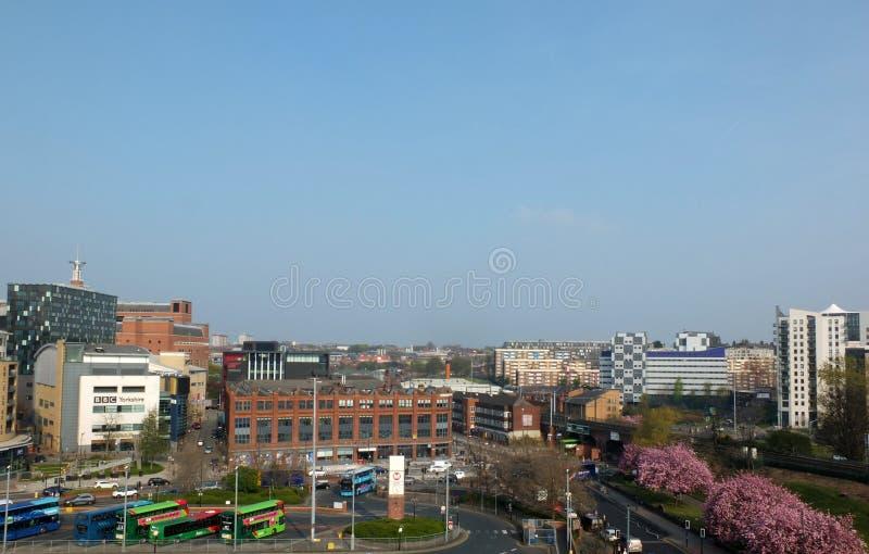 una vista panoramica della città di Leeds con le sedi di BBC e dell'autostazione davanti alle costruzioni ed alle strade di appar fotografia stock libera da diritti