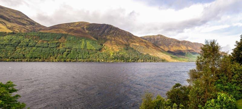 Una vista panoramica di Lochty del bello lago e le sue rive nordiche con le colline sceniche nella stagione di autunno, altopiani fotografia stock
