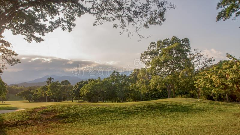 Una vista panoramica di un foro nei cours di un golf fotografia stock