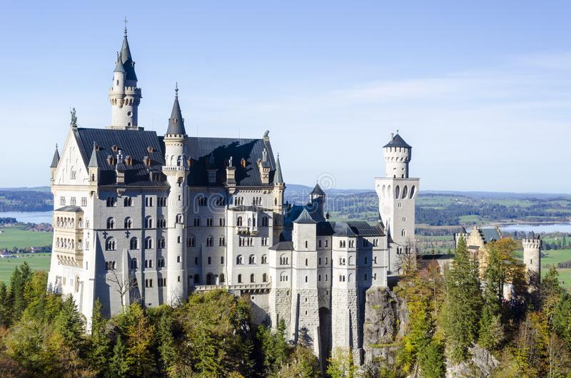 Una vista panoramica spaziosa di un castello antico romantico ha nominato il Neuschwanstein situato in Baviera Germania immagine stock
