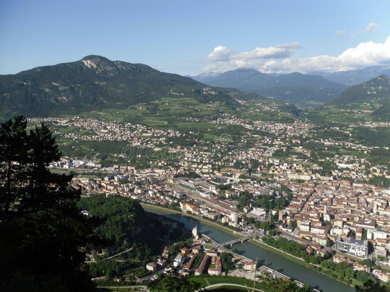 Una vista parziale della città di Trento Negativo per la stampa di cartamoneta adige di Trentino fotografia stock