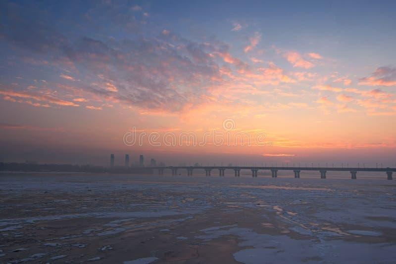 Una vista pittoresca di mattina della riva sinistra del fiume Dnipro Dnieper Alba ad una mattina gelida di inverno con poca nebbi fotografia stock libera da diritti