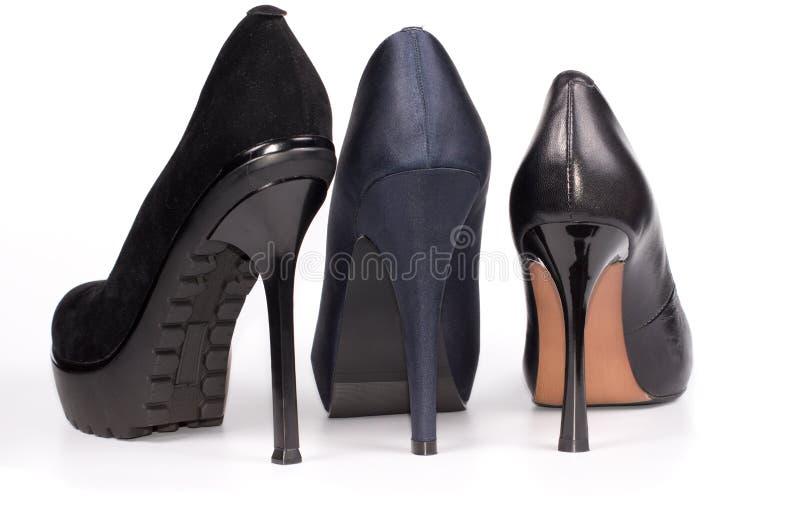 Una vista posteriore di tre scarpe dello stiletto delle signore immagine stock