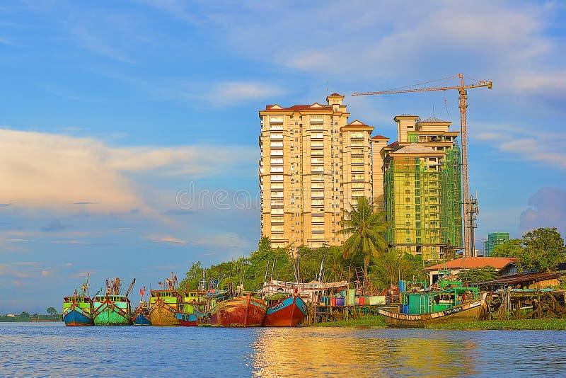 Una vista scenica dei pescherecci dalla riva del fiume di Sarawak fotografia stock libera da diritti