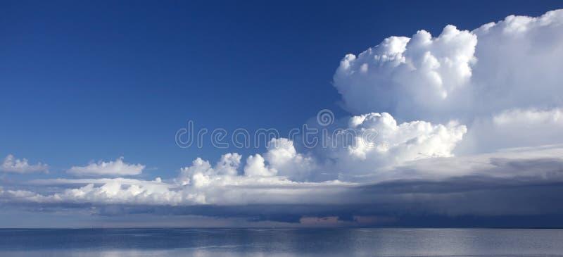Una vista scenica del lago con le nubi gonfie fotografie stock libere da diritti