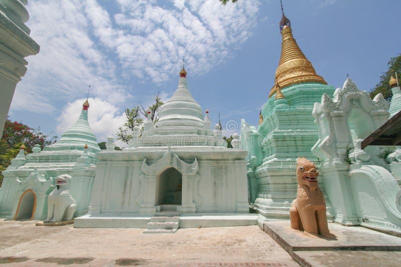 Una vista scenica delle tempie buddisti Mandalay/Myanmar fotografia stock libera da diritti