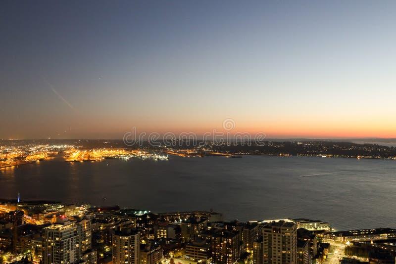 Una vista sopra la baia di Elliott ed il lungomare del centro urbano delle costruzioni dell'orizzonte della città di Seattle immagini stock libere da diritti