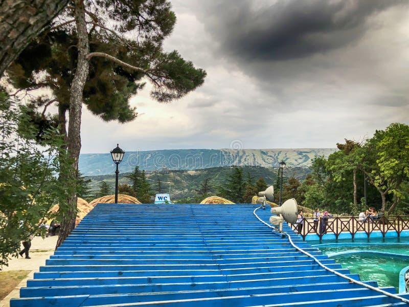 Una vista strabiliante del cielo e delle nuvole dal parco di Mtatsminda sul funicolare a Tbilisi immagine stock