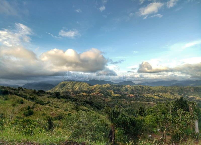 Una vista su una cima della montagna immagini stock