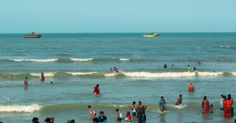 Una vista sul mare della spiaggia di velankanni del santuario con la gente di giro immagini stock libere da diritti