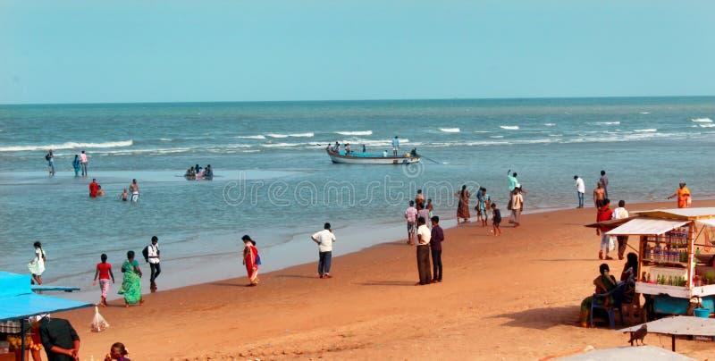 Una vista sul mare della spiaggia di velankanni del santuario con la gente di giro fotografia stock libera da diritti