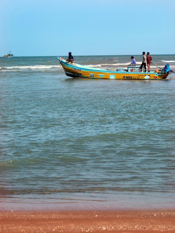 Una vista sul mare della spiaggia di velankanni del santuario con la gente di giro fotografie stock
