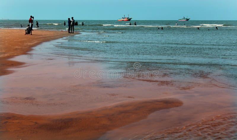 Una vista sul mare della spiaggia di velankanni del santuario con la gente di giro fotografia stock