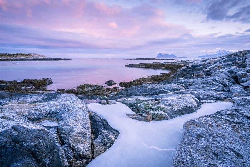 Una vista sul mare scenica in Sommaroy, Norvegia immagine stock