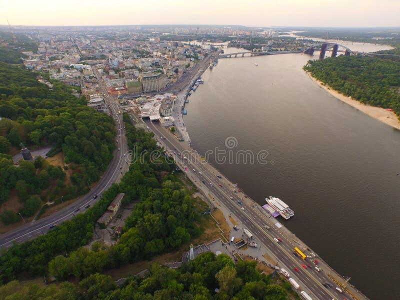 Una vista superior de la ciudad, estación central del río de Dnipro, río imagen de archivo