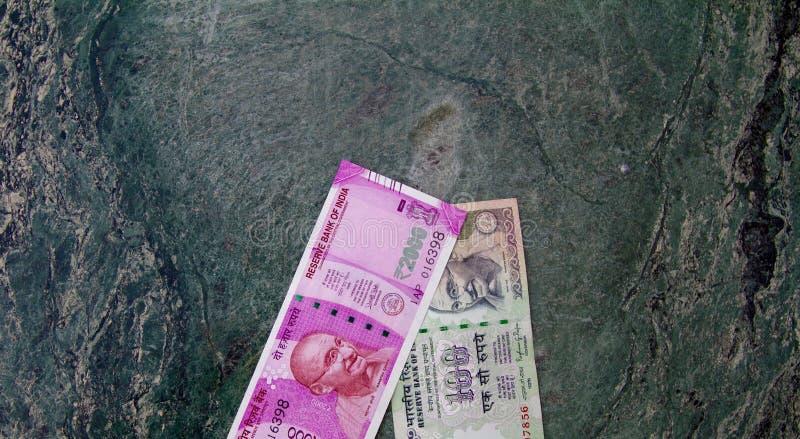 Una vista superior de la nueva cuenta 2000 de moneda de Rs junto con una cuenta de Rs 100 La nueva cuenta de moneda fue introduci fotos de archivo libres de regalías