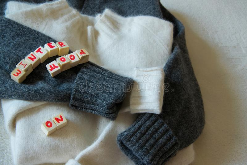 """Una vista superiore di due maglioni di lana con """"l'umore di inverno """"su testo, per lui e per lei fotografia stock libera da diritti"""