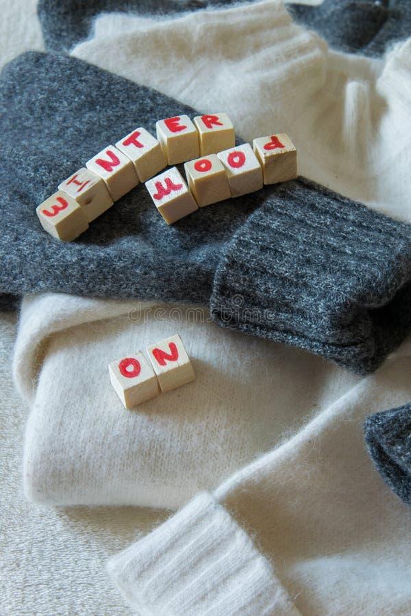 """Una vista superiore di due maglioni di lana con """"l'umore di inverno """"su testo, per lui e per lei fotografie stock libere da diritti"""