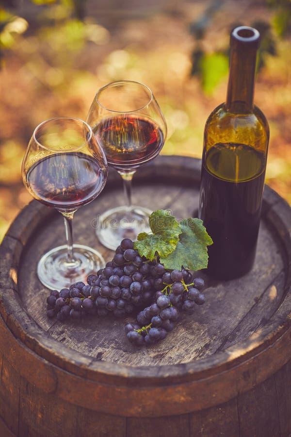 Una vista superiore di due vetri di vino rosso immagine stock