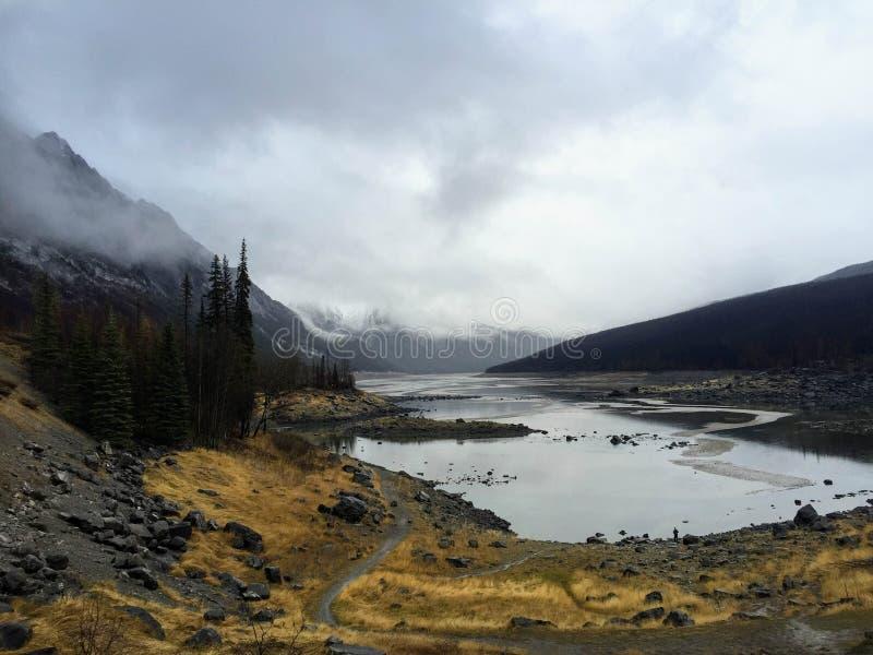 Una vista tempestuosa del lago medicine en Jasper National Park, Alberta, fotografía de archivo