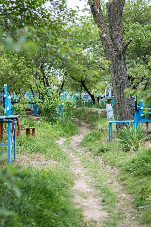 Una vista a un cementerio con las cruces azules imagenes de archivo