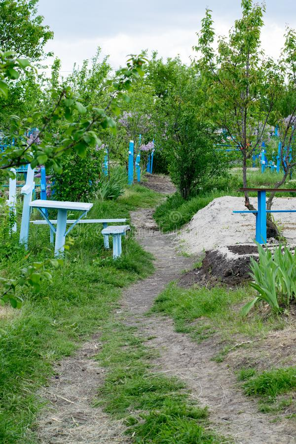 Una vista a un cementerio con las cruces azules fotografía de archivo libre de regalías