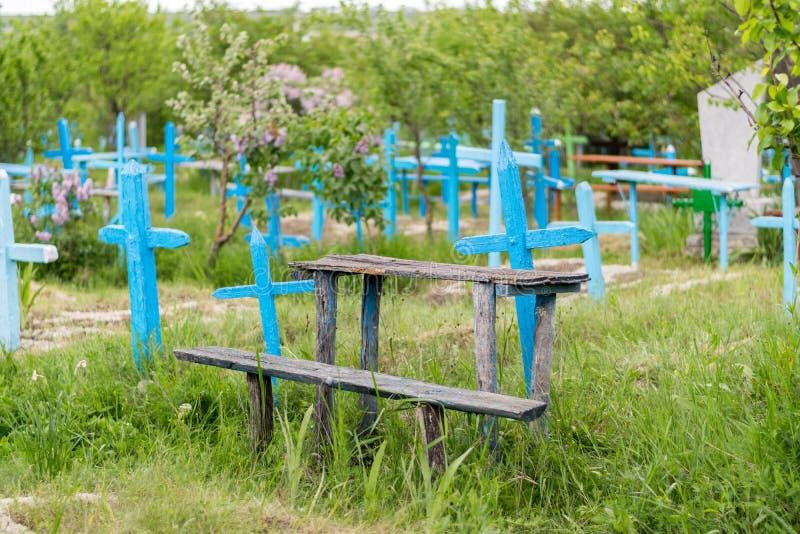Una vista a un cementerio con las cruces azules imagen de archivo