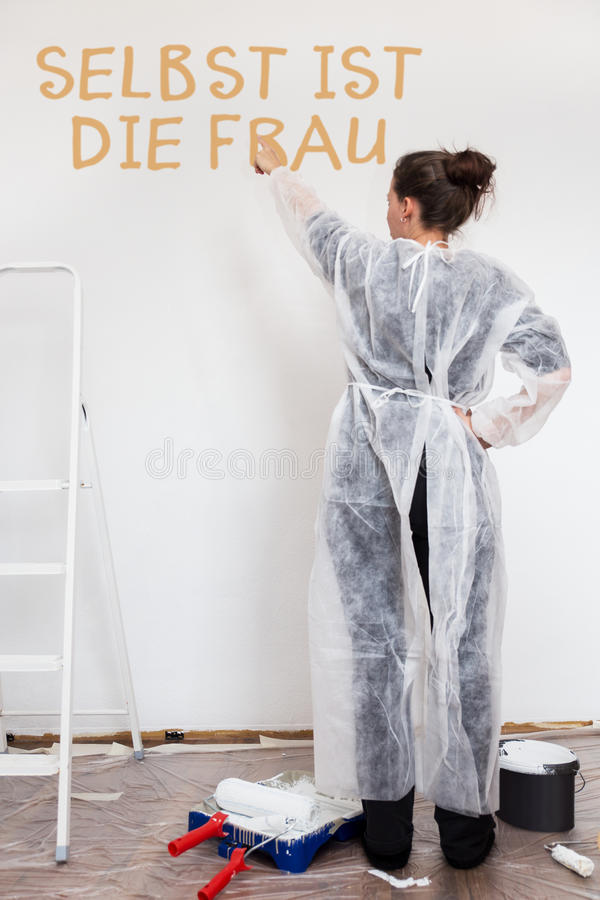 Unabhängige Frau malte eine Wand lizenzfreie stockfotografie