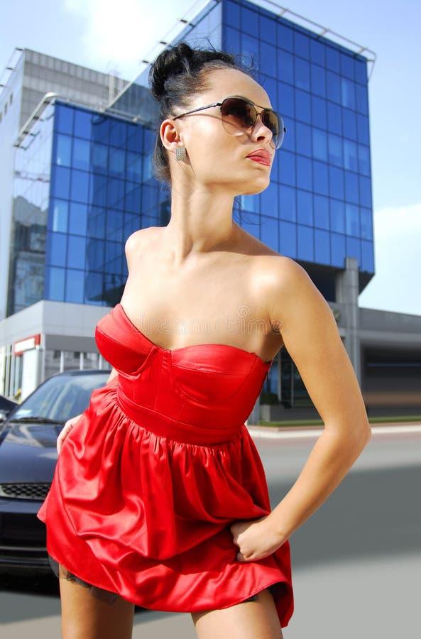 Unabhängiger Brunette in den Sonnenbrillen auf Straße lizenzfreie stockfotografie