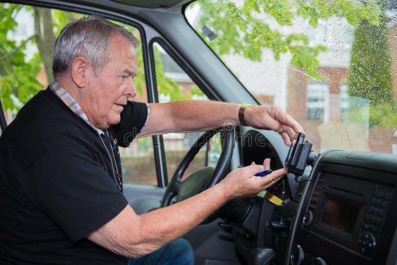 Unabhängiger Senior in der Ruhestandsfunktion als Kurier lizenzfreie stockbilder