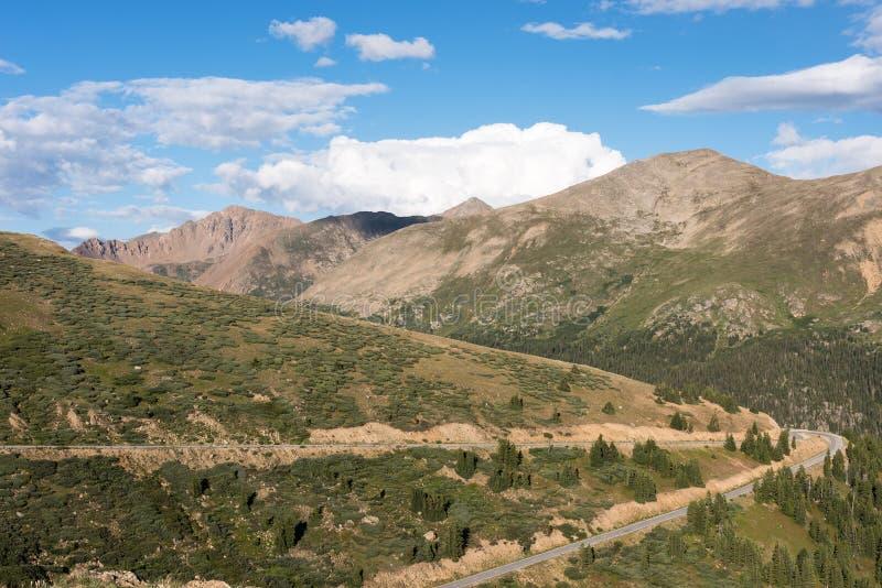 Unabhängigkeits-Durchlauf mit der Spitze des szenischen Seitenwegs Rocky Mountainss stockfotografie