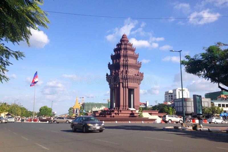 Unabhängigkeits-Monument in der Hauptstadt von Kambodscha, Phnom Penh Stadt Der Bereich mit beweglichen Autos lizenzfreies stockbild