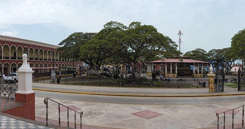 Unabhängigkeits-Park mit der roten Casa Guerrero in San Francisco de Campeche stockfotografie