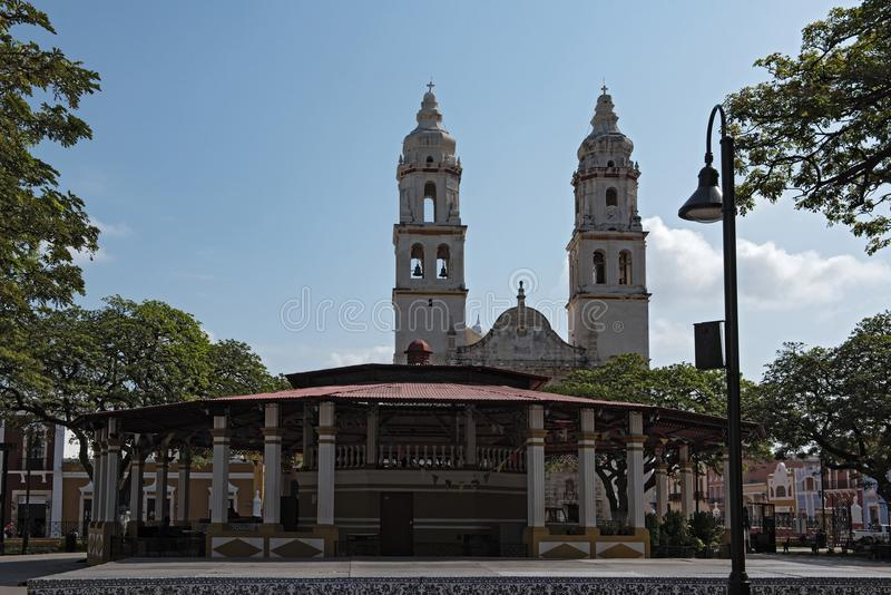 Unabhängigkeits-Park mit Kathedrale in San Francisco de Campeche, Mexiko lizenzfreie stockfotografie