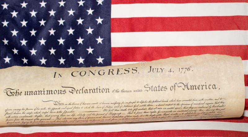 Unabhängigkeitserklärung am 4. Juli 1776 auf USA-Flagge lizenzfreies stockfoto