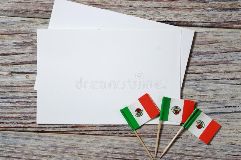 Am 16 Unabhängigkeitstag Mexiko, das Konzept von Unabhängigkeit, von Patriotismus und von Freiheit Minipapierflaggen auf hölzerne lizenzfreie stockfotografie