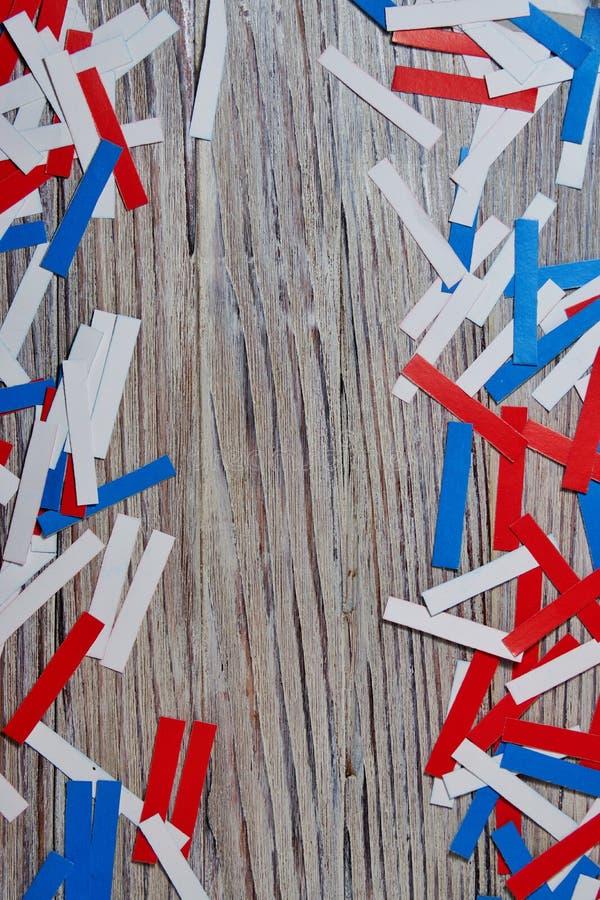 Unabhängigkeitstag von verschiedenen Ländern, von Feiern und von Feiertagskonzeptabschluß-oben der roten und blauen Papiersternde lizenzfreie stockbilder