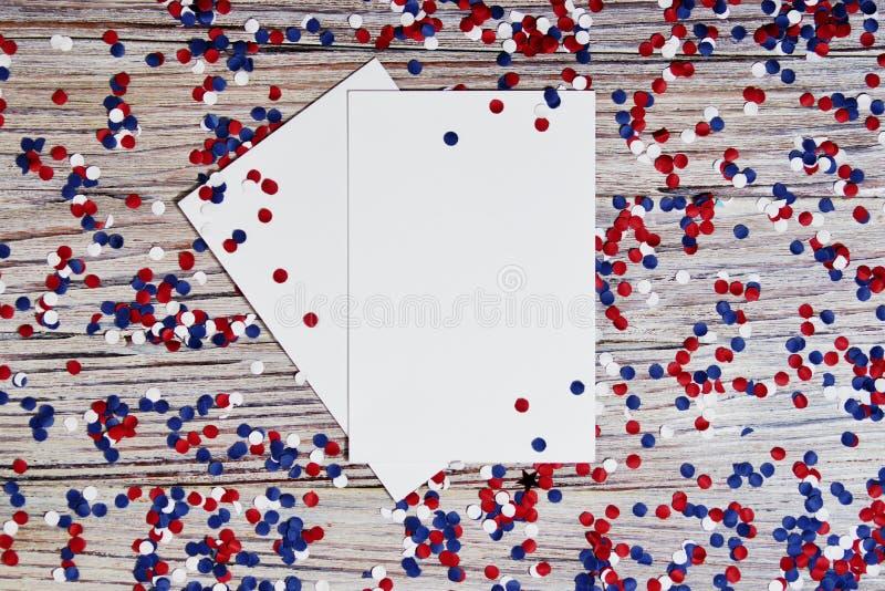 Unabhängigkeitstag von verschiedenen Ländern, von Feiern und von Feiertagskonzeptabschluß-oben der roten und blauen Papiersternde stockfotos