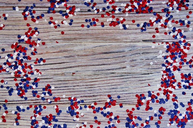 Unabhängigkeitstag von verschiedenen Ländern, von Feiern und von Feiertagskonzeptabschluß-oben der roten und blauen Papiersternde stockbild