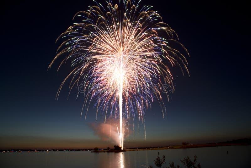 Unabhängigkeitstagfeuerwerke durch den See lizenzfreie stockfotos