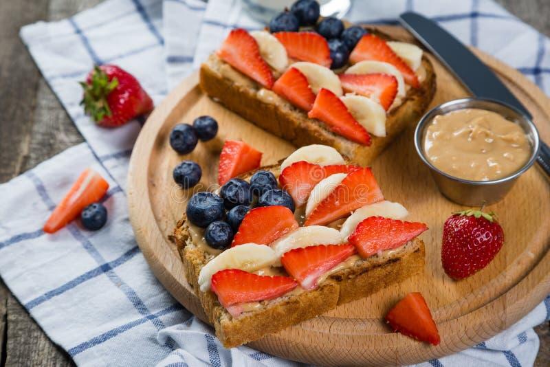 Unabhängigkeitstagfrühstück - rösten Sie mit Erdbeere und Blaubeere lizenzfreie stockfotos