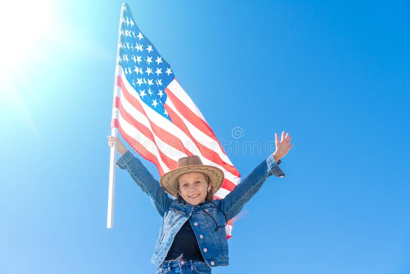 Unabh?ngigkeit Day Patriotischer Feiertag Gl?ckliches Kind, nettes kleines Kinderm?dchen mit amerikanischer Flagge stockbilder