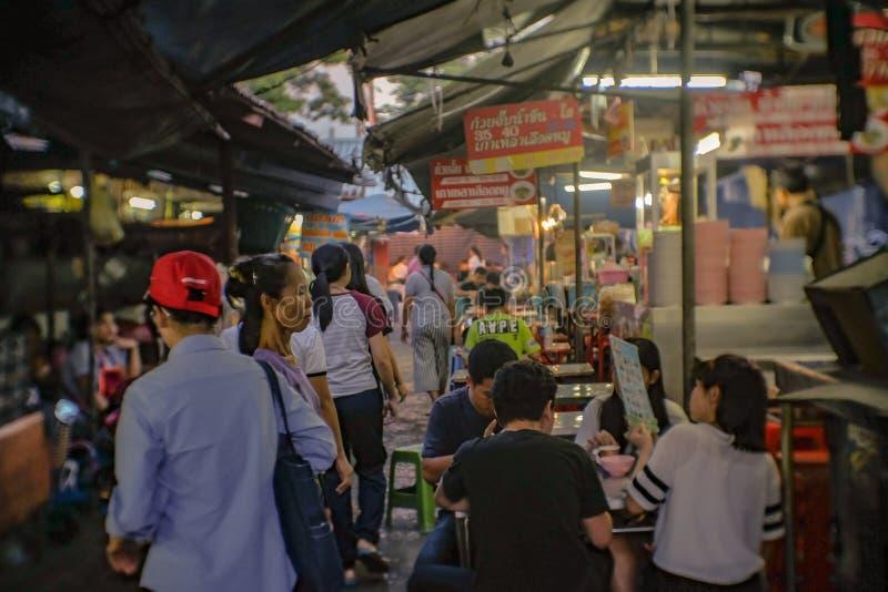 Unacquainted тайские люди или турист в рынке вокзала Talat Phlu Рынок Talat Phlu старый рынок и очень известный местный f стоковые изображения rf