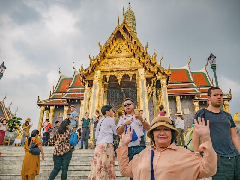 Unacquainted тайские люди или турист идя в большой висок phrakaew дворца и wat в городе Таиланде Бангкока стоковые изображения rf
