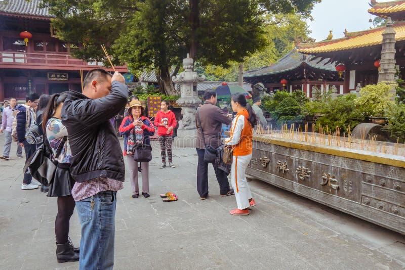 Unacquainted Chinees of toerist die voor God in Guangxiao-Tempel bidden Guangzhoustad China stock afbeeldingen