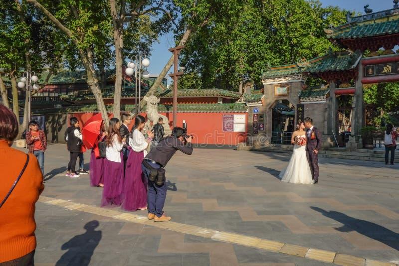 unacquainted Chinese het pre-Huwelijksfoto van Paartakeing voor de Voorouderlijke Tempel of 'Zumiao 'van Foshan in Chinese naam stock fotografie