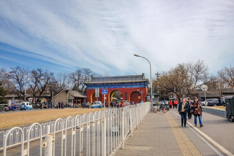 Unacquainted Chinese mensen of touristin die dichtbij Tempel van de Poort of Tiantan van de Hemelingang in Chinese Naam in de sta royalty-vrije stock fotografie