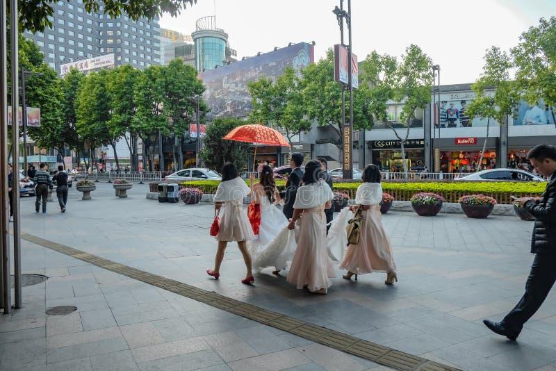 unacquainted Foto china de la Pre-boda de Takeing de los pares delante del templo ancestral o de 'Zumiao 'de Foshan en nombre chi fotografía de archivo libre de regalías